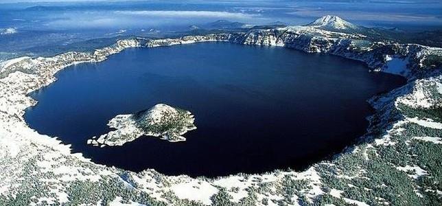 Impresionante lacuri formate în cratere vulcanice