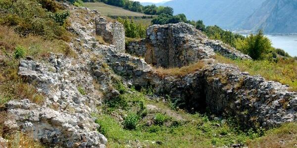 CARAŞ-SEVERIN:  Ruinele Cetăţii Coronini