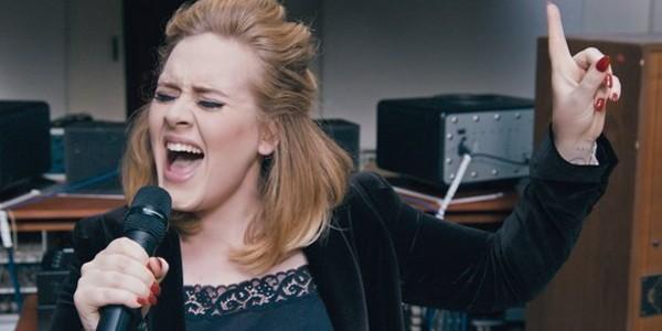 Un hacker a furat şi a făcut publice fotografii intime ale cântăreţei Adele