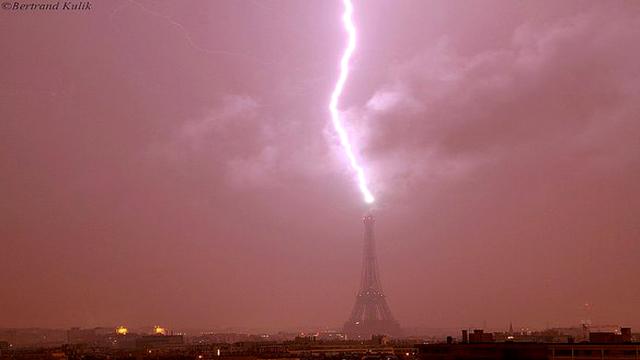 Turnul-Eiffel-fulger