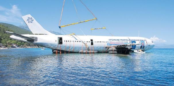 Avion scufundat în mare pentru a încuraja scufundările şi turismul