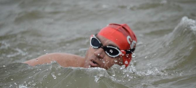 Avram Iancu a înotat 12 ore pentru bunicii din Valea Jiului