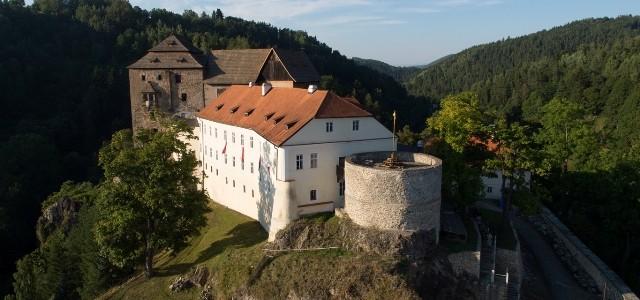 O vale pitorească, un superb castel şi o extraordinară comoară