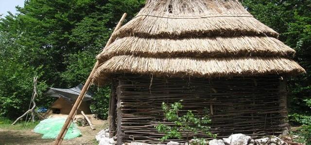Ansamblu de locuinţe din perioada neolitică, reprodus în primul Muzeu Viu din România