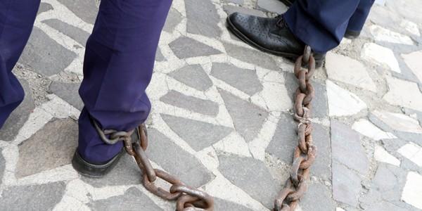 Sclavie în Argeş: Procurorii au găsit cinci victime în lanţuri, dintre care doi minori