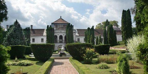 Expoziţie de pictură găzduită de fostul grajd al castelului Wesselenyi