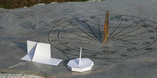 Cadran solar unicat, sculptat într-un bloc de piatră