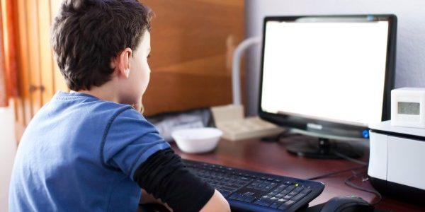 Copiii din România petrec 5 ore/zi pe reţelele de socializare