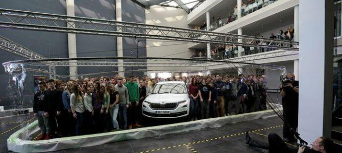 """Un balon de săpun a """"înghiţit"""" 275 de elevi şi o maşină"""
