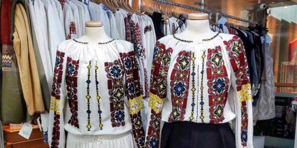 """Costumele populare din colecţia """"Flori de ie"""", prezentate la Iaşi"""