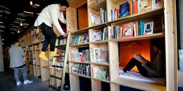 Într-un hotel-capsulă, clienţii se pot caza printre mii de cărţi